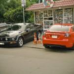 Черный Mustang и красный Pontiac G8