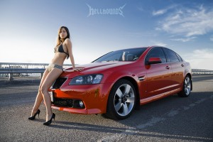 Car and Girl фото Pontiac G8 на капоте